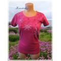 malinové tričko s květy